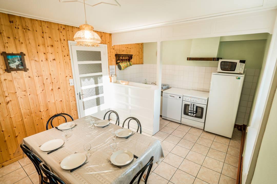 Gite les cyclistes, cuisine toute équipée, lave vaisselle, four et micro-onde - Gites les gentianes dans le Jura