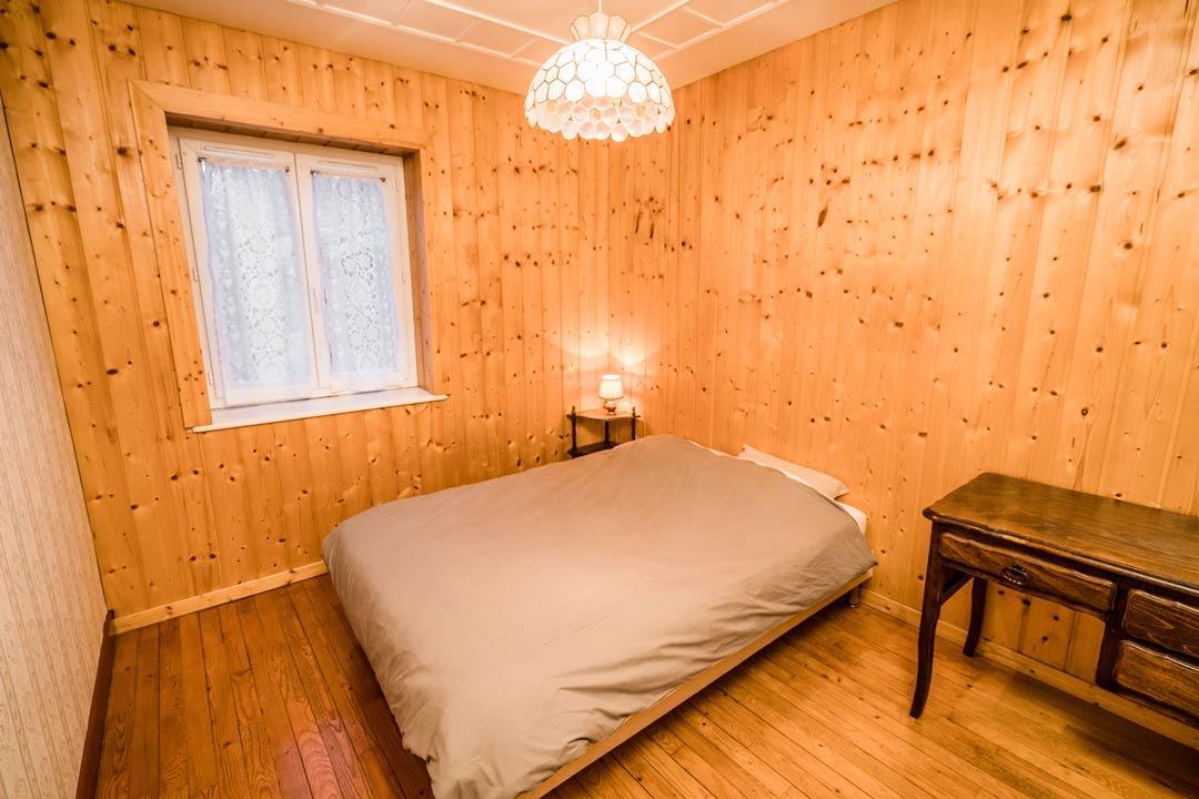Gite le dahut, chambre lit 2 personnes et lit bébé - Gites les gentianes dans le Jura