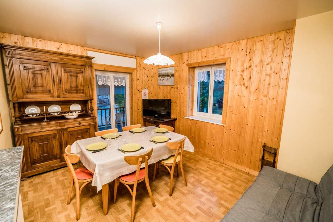 Gite le dahut, salon spacieux avec TV et Wi-Fi, accès balcon - Gites les gentianes à Morbier