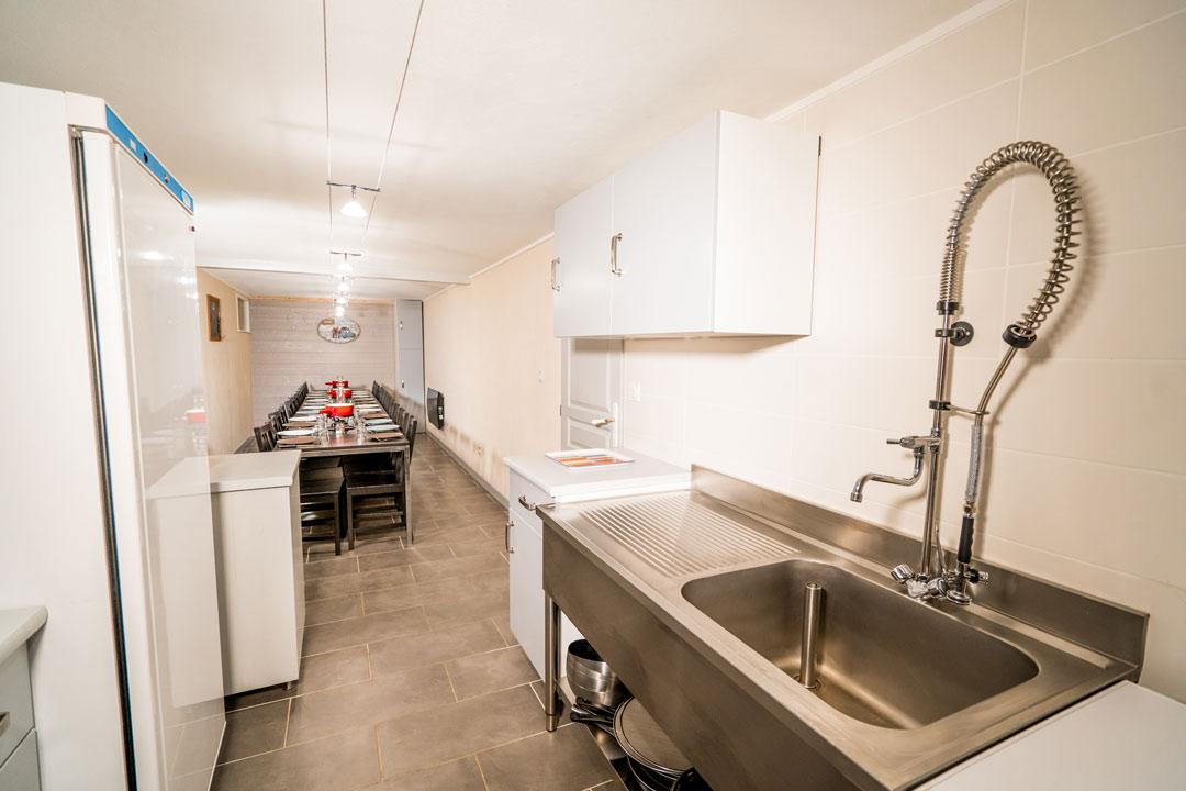 Salle commune avec cuisine professionnelle, lave vaisselle, plaques de cuisson, évier pro, jusqu'à 24 personnes - Gites les Gentianes
